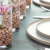 Centros de mesa con vasos y flores