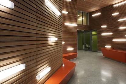 Original iluminaci n de paredes chapadas en madera - Iluminacion original ...