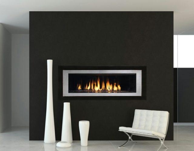 chimeneas modernas en salones con paredes oscuras