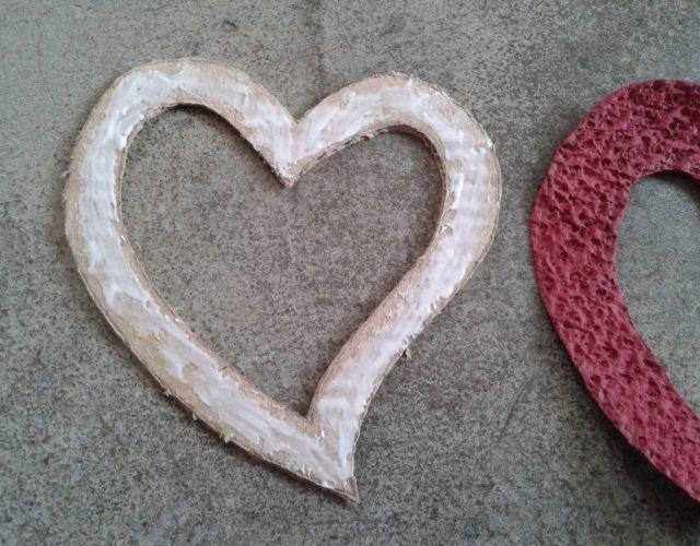 fabrica-un-marco-con-corazones-para-regalar-en-san-valentin-coloca-pegamento