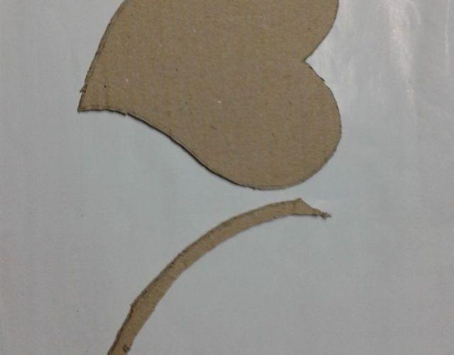 fabrica-un-marco-con-corazones-para-regalar-en-san-valentin-cortar-otro-corazon