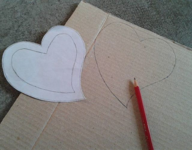 fabrica-un-marco-con-corazones-para-regalar-en-san-valentin-dibujo-carton