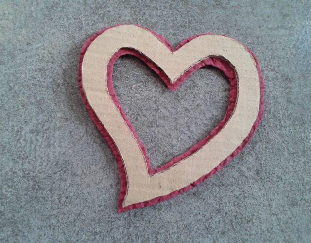 fabrica-un-marco-con-corazones-para-regalar-en-san-valentin-pega-arton