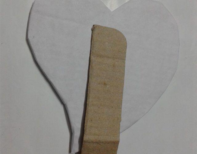 fabrica-un-marco-con-corazones-para-regalar-en-san-valentin-pega-el-trozo-al-carton
