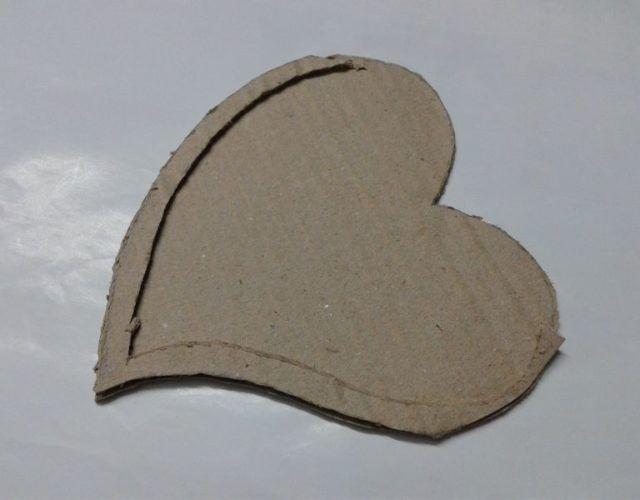 fabrica-un-marco-con-corazones-para-regalar-en-san-valentin-pega-el-trozo-cortado