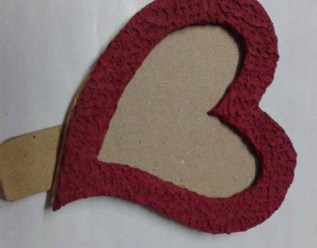 fabrica-un-marco-con-corazones-para-regalar-en-san-valentin-pega-la-parte-roja