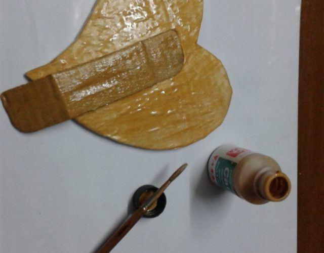 fabrica-un-marco-con-corazones-para-regalar-en-san-valentin-pinta-dorado