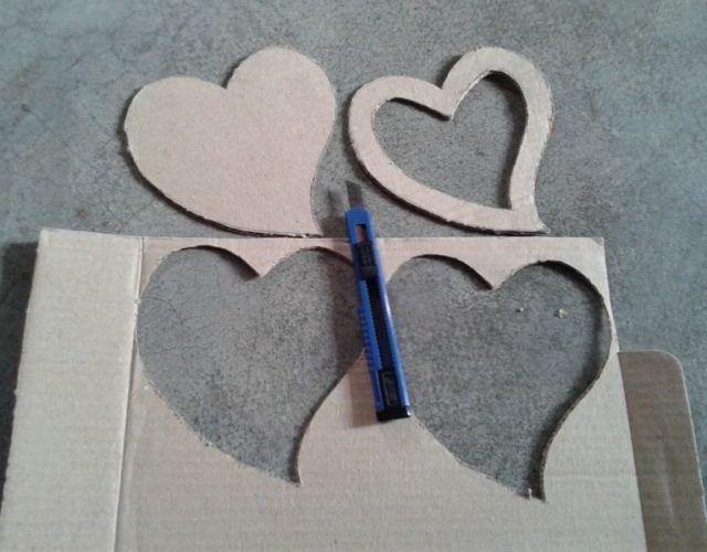 fabrica-un-marco-con-corazones-para-regalar-en-san-valentin-recorta-corazones