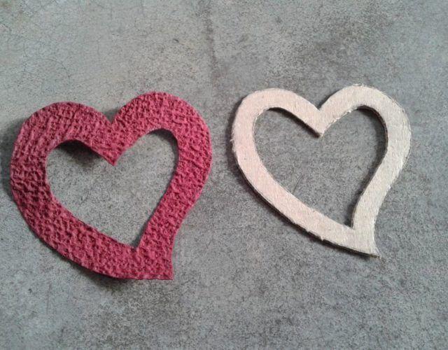fabrica-un-marco-con-corazones-para-regalar-en-san-valentin-recorta-corazones-colores