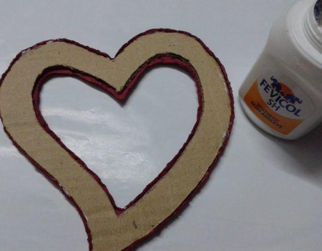 fabrica-un-marco-con-corazones-para-regalar-en-san-valentin-unir-los-dos-lados