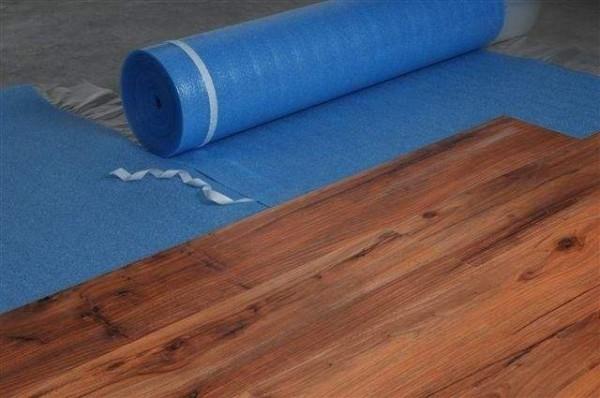 como-colocar-tarima-flotante-en-nuestro-piso-colocar-base-aislante