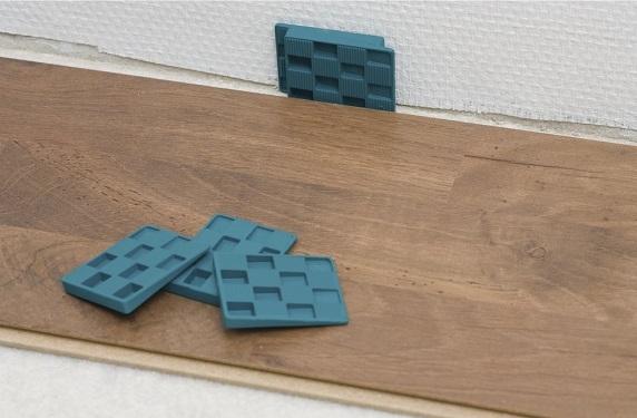 como-colocar-tarima-flotante-en-nuestro-piso-separar-con-cuña
