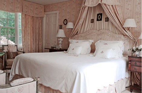 pink-bedroom-hamptons-0311-southern-de_thumb[8]