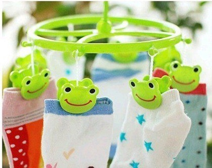 wholesale-free-shipping-best-selling-Cute-Plastic-Clothes-frog-Hanger-8-Clips-drying-rack-clothes-hanger