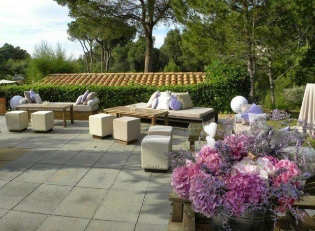 jardines con terraza y con muebles de madera