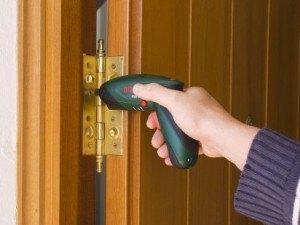 Problemas con las bisagras - Como ajustar una puerta de madera ...