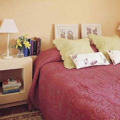 cabecero cama hecho con cuadros