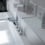 estanterias sobre el lavabo