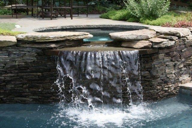 ideas-de-jacuzzis-de-exterior-jacuzzis-de-obra-con-cascada-piedras