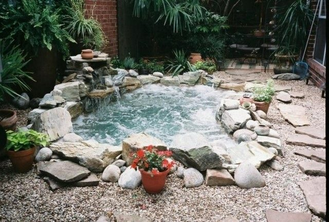 ideas-de-jacuzzis-de-exterior-jacuzzis-de-obra-con-cascada-y-piedras