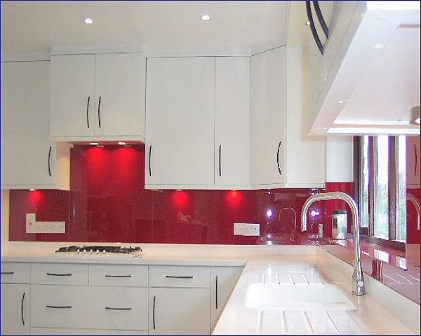 Cocina roja con iluminación adicional