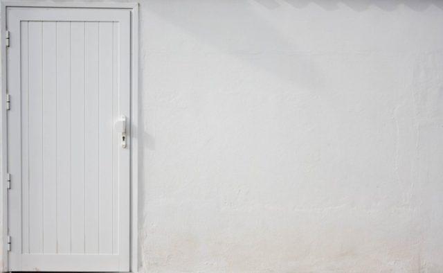 Como pintar una puerta de madera de color blanco retirar manivela