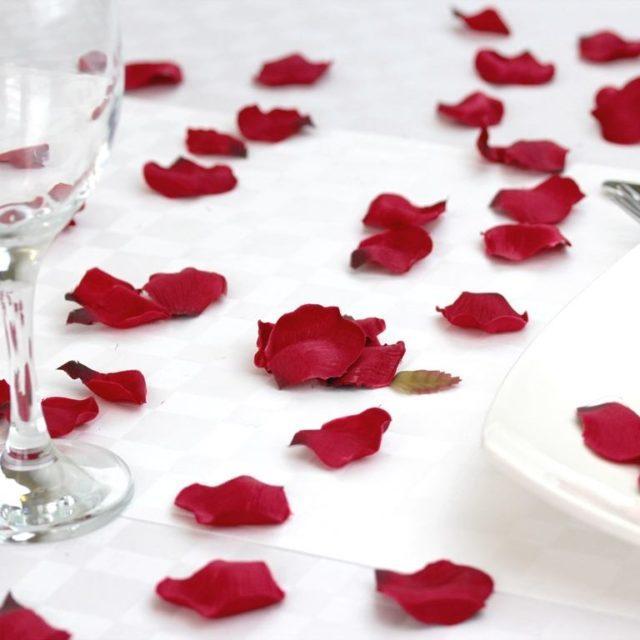 como-dar-ambiente-de-cena-romantica-a-una-mesa-petalos-sobre-la-mesa