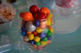 ya lo hemos visto para la decoracion de cumpleaos infantiles y pero lo cierto es que los caramelos de colores son perfectos para hacer centros