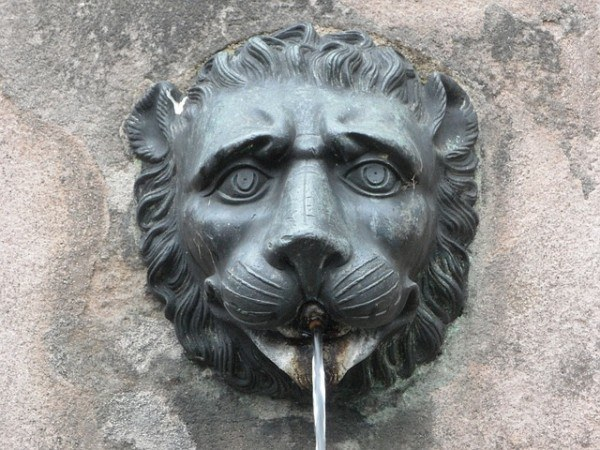 fountains-garden-classic-style-pipe-lion