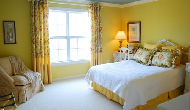color-dormitorios-pequeños-pared-mostaza
