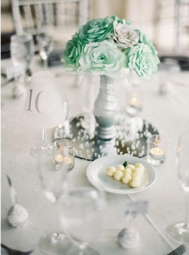 Table-of-quinceañera-roses-greens