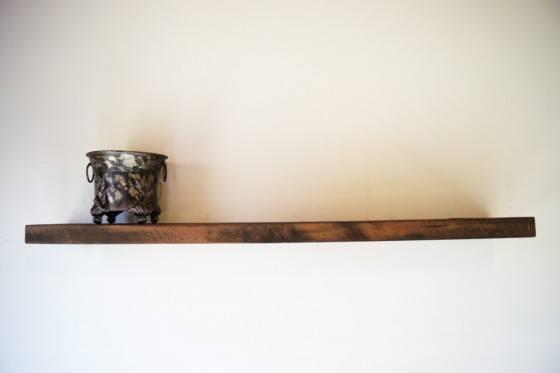 Decora con repisas de madera flotantes for Soporte estanteria ikea