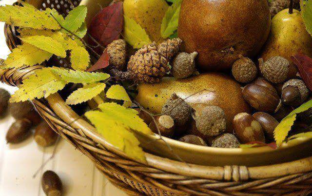 centros-de-mesa-elementos-naturales-para-centros-de-mesa-pinas-frutas-hojas-bellotas