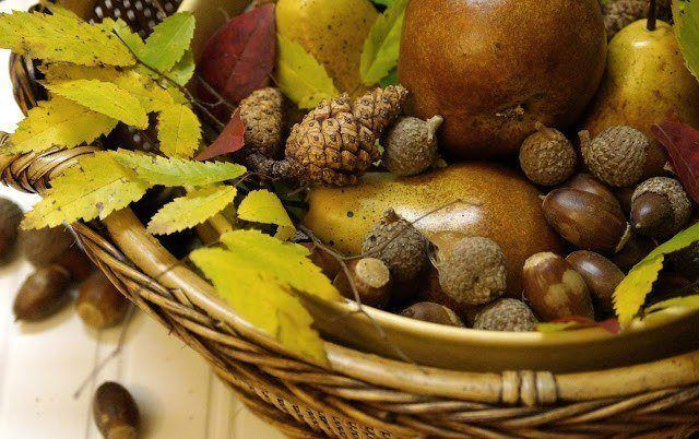 Table-centers-natural-elements-for-table-centers-pinas-frutas-hojas-bellotas