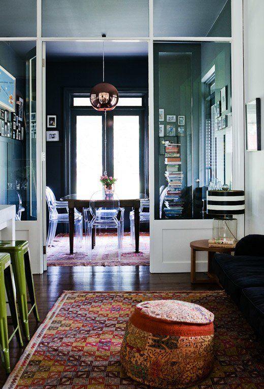 como-dividir-ambientes-de-forma-moderna-y-sofisticada-panel-acristalado-salon-cocina