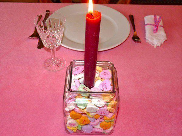centros-de-mesa-para-san-valentin-caramelos-vela-roja