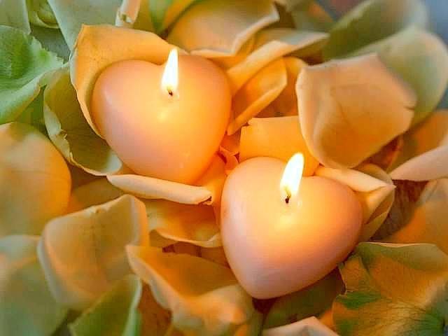velas-romanticas-para-san-valentin-velas-forma-corazon-sobre-rosas