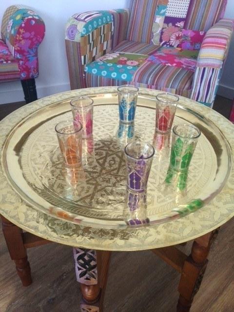 Mesa de té árabe y sillón de patchwork