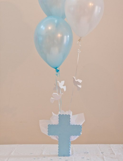 centros-de-mesa-para-bautizos-con-globo-con-cruz