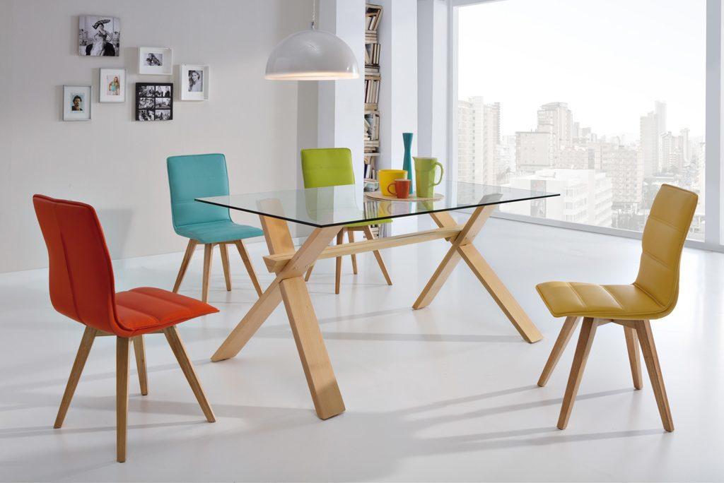 Comedores modernos mesa cristal patas madera sillas for Comedor sillas de colores