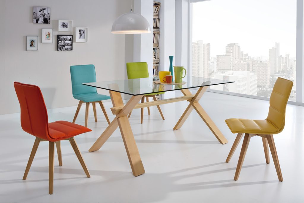 Comedores modernos mesa cristal patas madera sillas for Mesas de cristal y madera para comedor