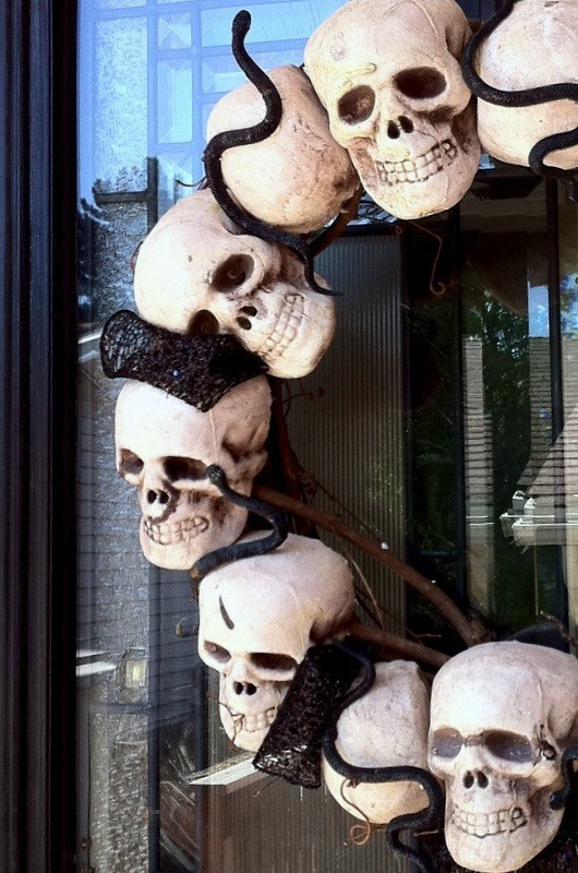 como-decorar-la-casa-para-halloween-velas-esqueletos