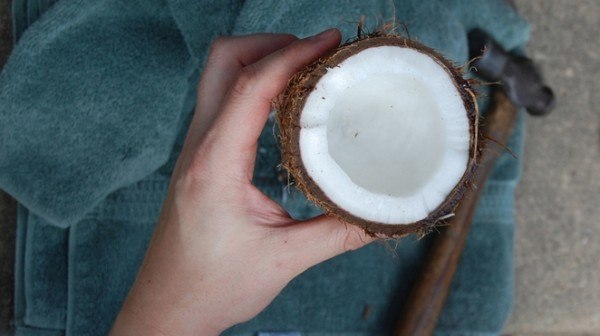 como-quitar-las-manchas-de-la-ropa-y-alfombras-de-forma-natural-aceite-de-coco
