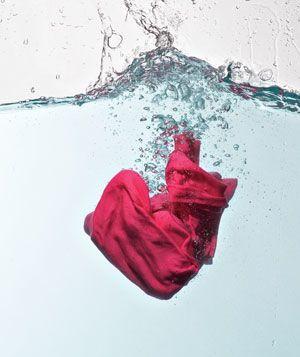 como-quitar-las-manchas-de-la-ropa-y-alfombras-de-forma-natural-agua