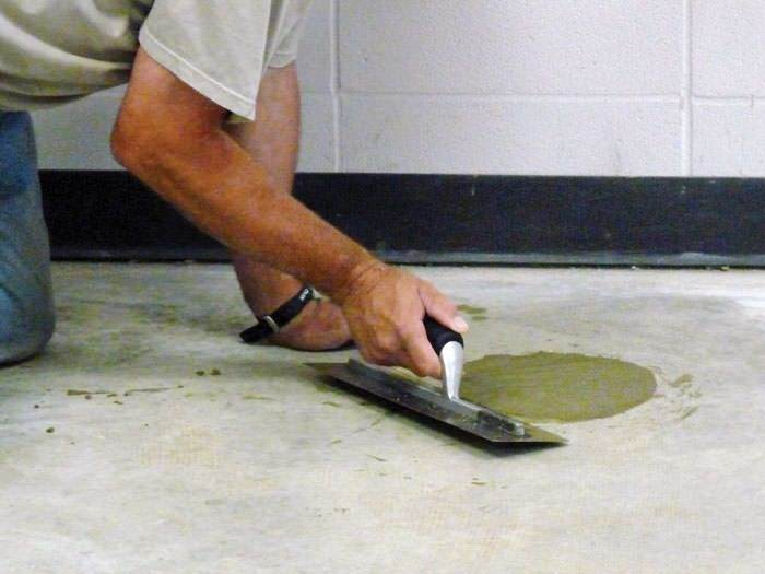 trucos-para-mantener-la-casa-caliente-en-invierno-tapar-las-grietas-en-los-suelos