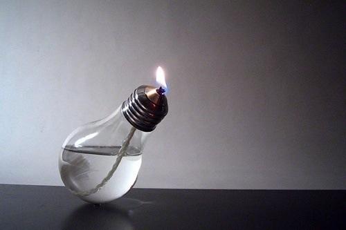 bombilla-convertida-en-lampara-de-aceite
