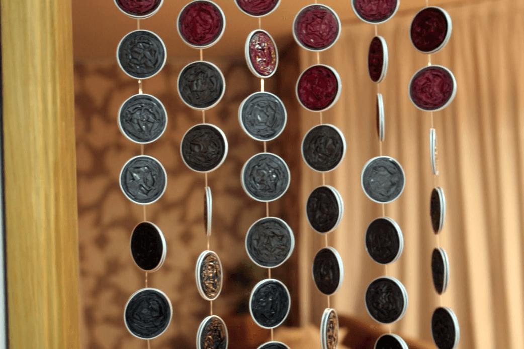 capsulas-de-nespresso-convertidas-en-una-cortina