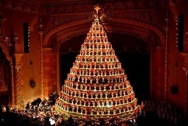 También se puede optar por árboles de navidad más originales, con una decoración distinta, como el que veis en la foto de arriba.