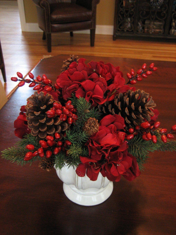 flores-y-centros-de-mesa-para-navidad-2015-centro-con-flores-rojas-y-piñas
