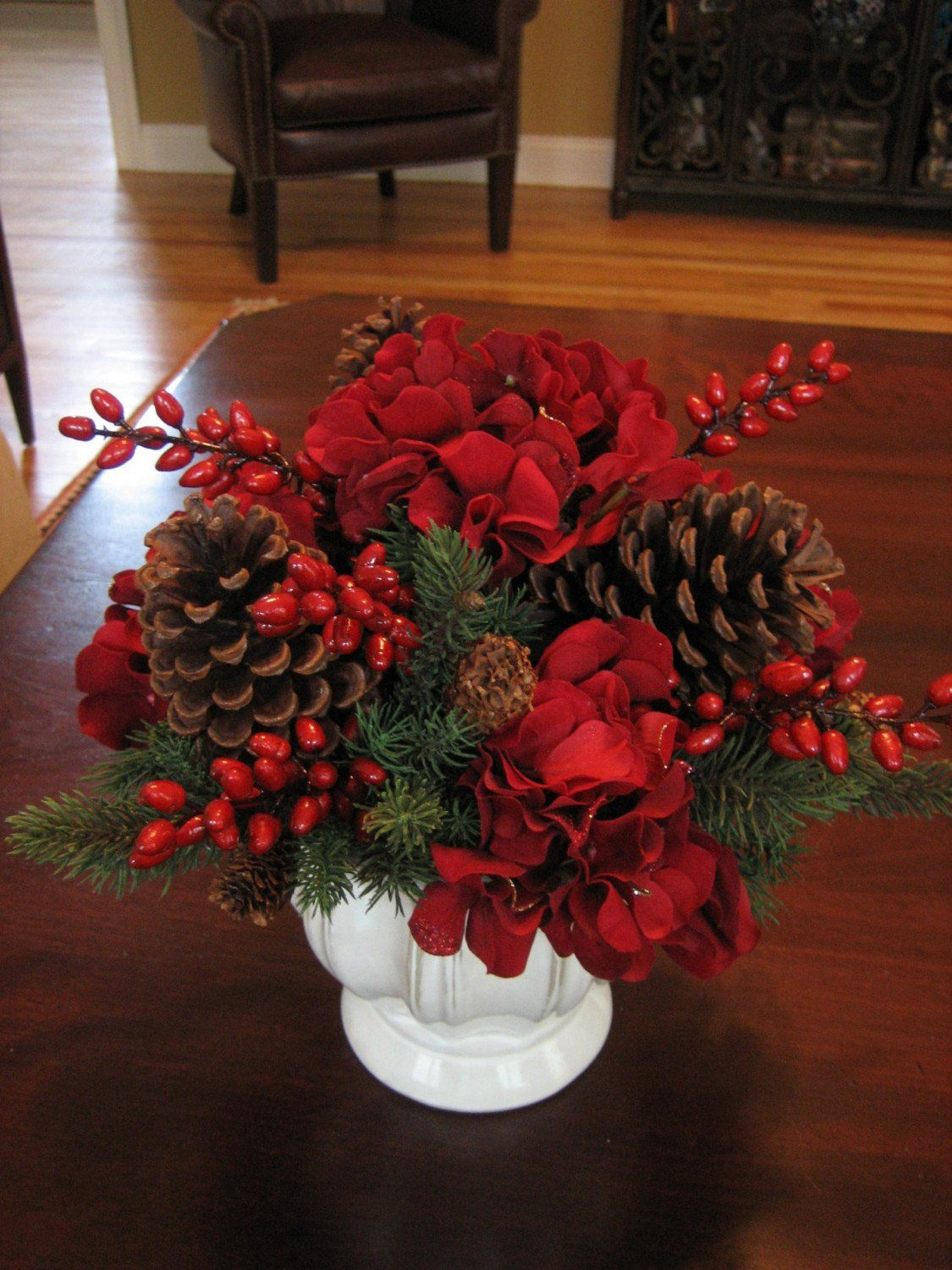 Flowers-and-table-for-christmas-2015-centro-con-flores-rojas-y-piñas